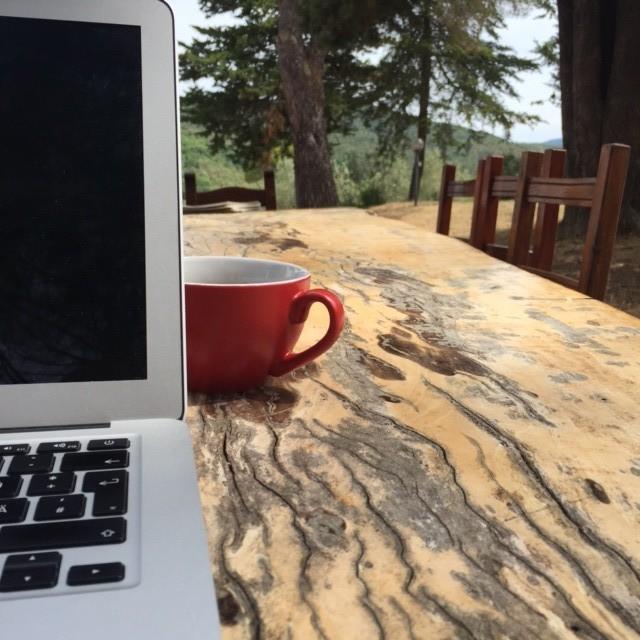 Computer mit Tasse Urlaub