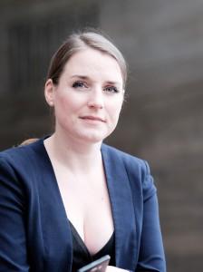 Inga Hoeltmann mit Smartphone Credit Axel Kuhlmann